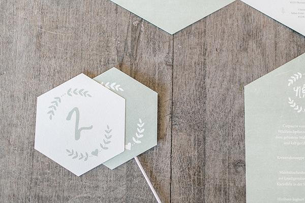 Hochzeitspapeterie 6-eckig geometric grün Tischnummern