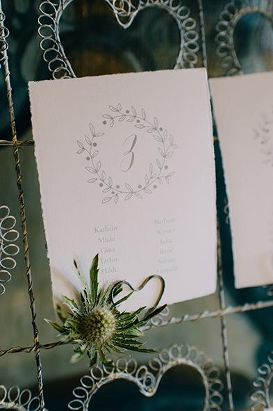 herzanherz herz Hochzeit Leopoldskron Papeterie Büttenpapier grau wedding edel Tischnummer