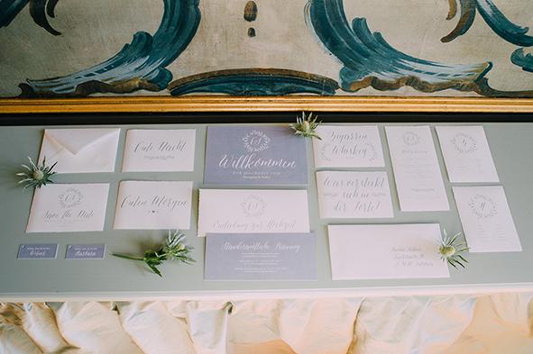 herzanherz herz Hochzeit Leopoldskron Papeterie Büttenpapier grau wedding edel Brautpaar Gesamtkonzept roter faden